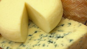 Close-up da placa e dos figos de queijo vídeos de arquivo