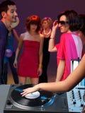 Close up da plataforma giratória do DJ em um clube de noite Fotografia de Stock Royalty Free