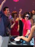 Close up da plataforma giratória do DJ em um clube de noite Imagens de Stock