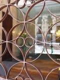 Close-up da porta clássica do ferro forjado com teste padrão do círculo foto de stock