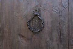 Close-up da porta de madeira um botão de porta velho imagens de stock