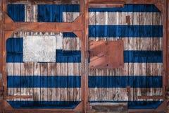 Close-up da porta velha do armazém com bandeira nacional fotografia de stock