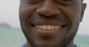 Close-up da posi??o afro-americano do homem na praia 4k video estoque