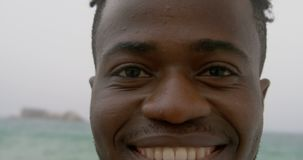 Close-up da posi??o afro-americano do homem na praia 4k filme