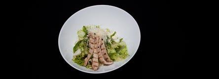 Close-up da salada de caesar fresca saboroso com a galinha e os vegetais decorados com molho balsâmico na borda branca da placa n Imagem de Stock