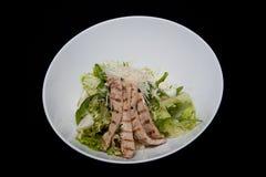 Close-up da salada de caesar fresca saboroso com a galinha e os vegetais decorados com molho balsâmico na borda branca da placa n Fotos de Stock