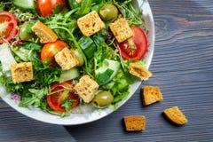 Close up da salada de Caesar saudável com fritos de pão foto de stock royalty free