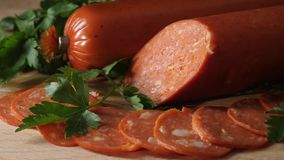 Close-up da salsicha do salame no fundo de madeira Quadro Salame na placa de corte de madeira video estoque