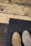 Close up da sapata de dois homens no fundo do assoalho velho Imagens de Stock Royalty Free