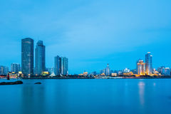 Close up da skyline de Xiamen no anoitecer Fotos de Stock Royalty Free