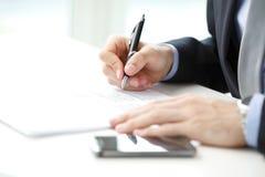 Close-up da suficiência do homem de negócios o formulário Fotos de Stock Royalty Free