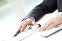 Close-up da suficiência do homem de negócios o formulário Imagens de Stock