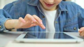 Close up da tela de toque dos dedos da menina da tabuleta ao jogar jogos filme