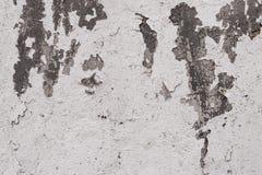 Close-up da textura branca do muro de cimento do emplastro rachado Textura do emplastro da superfície áspera Descascando a pintur fotos de stock