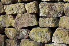 Close up da textura do fundo da parede drystone fotos de stock