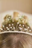 Close-up da tiara no cabelo da noiva imagens de stock