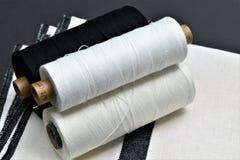 Close up da toalha handwoven do algodão e do linho com os fios usados para fazer a toalha textiles fotos de stock