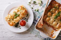 Close up da torta da casa de campo em uma placa branca vista superior horizontal Fotos de Stock