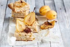 Close-up da torta da pera com açafrão e abricós Fotografia de Stock