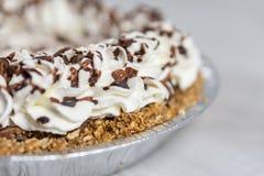 Close up da torta de creme deliciosa pronta ao servidor, à cobertura do creme e do chocolate imagem de stock