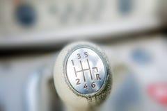 Close-up da transmissão automática do botão do deslocamento da bola Caixa de engrenagens do carro do close up com fundo borrado I fotos de stock