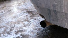 Close-up da tubulação de exaustão do carro de que o gás vem video estoque