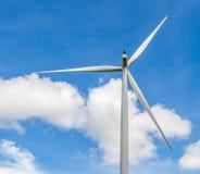 Close up da turbina eólica produzindo a energia alternativa no vento distante Imagem de Stock