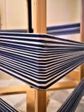Close up da urdidura do algodão no moinho de entortamento fibra textiles tecer foto de stock