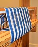 Close up da urdidura listrada azul e branca tecer Handweaving textiles fibra imagens de stock royalty free