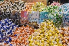 Close up da variedade das bolas icónicas de Lindt Lindor Imagens de Stock