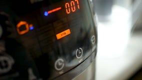 close up da visualização ótica do diodo emissor de luz do Multi-fogão ao trabalhar, preparando-se cozinhando o alimento video estoque
