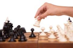 Close-up da xadrez e da mão fêmea Foto de Stock