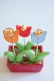 Close up das alianças de casamento em flores de madeira Imagens de Stock Royalty Free