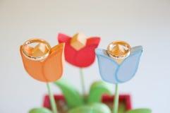 Close up das alianças de casamento em flores de madeira Foto de Stock Royalty Free