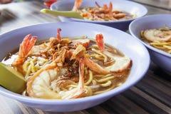 Close up das bacias dos macarronetes do camarão da sopa de Hokkien imagens de stock royalty free