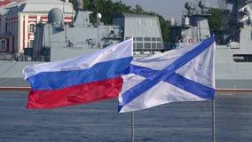Close-up das bandeiras de Andrewsky e de russo St Petersburg