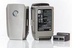 Close-up das baterias e do adaptador do zangão Pro jogo de Mavic 2 fotos de stock
