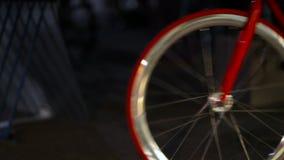 Close-up das bicicletas que rolam através do quadro vídeos de arquivo