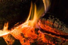 Close up das brasas da chaminé do fogo Brasas de incandescência na cor vermelha quente Foto de Stock Royalty Free