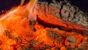 Close up das brasas da chaminé do fogo Brasas de incandescência na cor vermelha quente Imagens de Stock