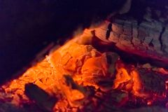 Close up das brasas da chaminé do fogo Brasas de incandescência na cor vermelha quente Imagens de Stock Royalty Free