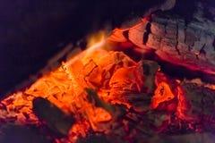 Close up das brasas da chaminé do fogo Brasas de incandescência na cor vermelha quente Imagem de Stock Royalty Free