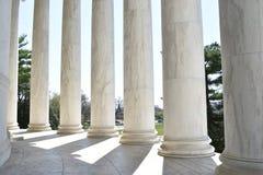 Close up das colunas de pedra brancas em Jefferson Monument na bacia maré do lago em Washington D C nos EUA fotos de stock royalty free