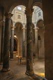 Close-up das colunas e da luz de cima na catedral do Aix em Aix-en-Provence Fotografia de Stock Royalty Free