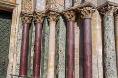 Close-up das colunas e dos capitais feitos de vários tipos de mármore na fachada de San Marco Basilica em Veneza fotos de stock royalty free