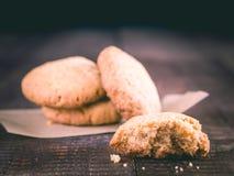Close-up das cookies da flor do arroz na tabela fotografia de stock
