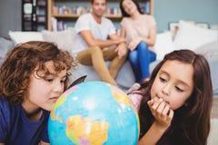 Close-up das crianças que olham o globo imagens de stock