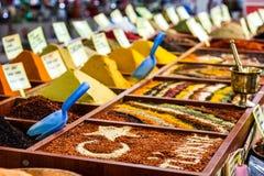 Close up das especiarias no mercado da venda Imagem de Stock