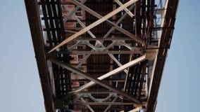 Close-up das estruturas da ponte de estrada de ferro do ponto inferior video estoque