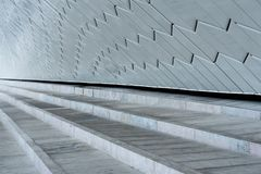 Close-up das etapas contra a parede de tijolo cerâmica branca decorativa Foto de Stock Royalty Free